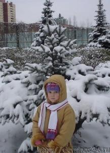 Юля и заснеженная елочка