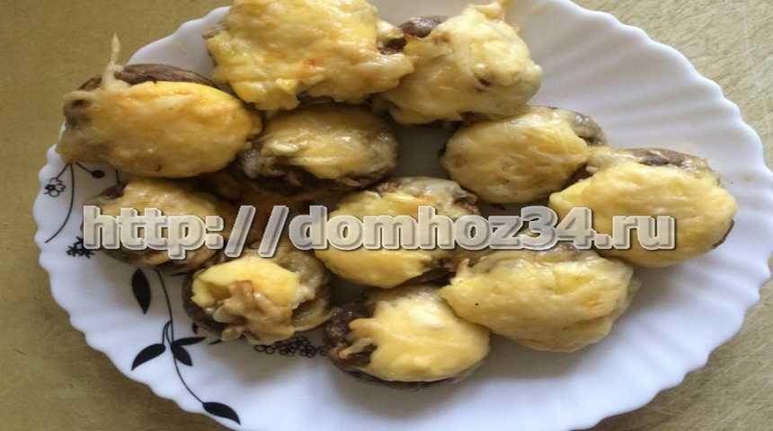 Шампиньоны запеченные с сыром в духовке - готовое блюдо