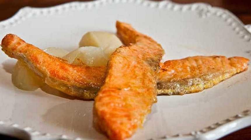 Жареная на сковороде красная рыба