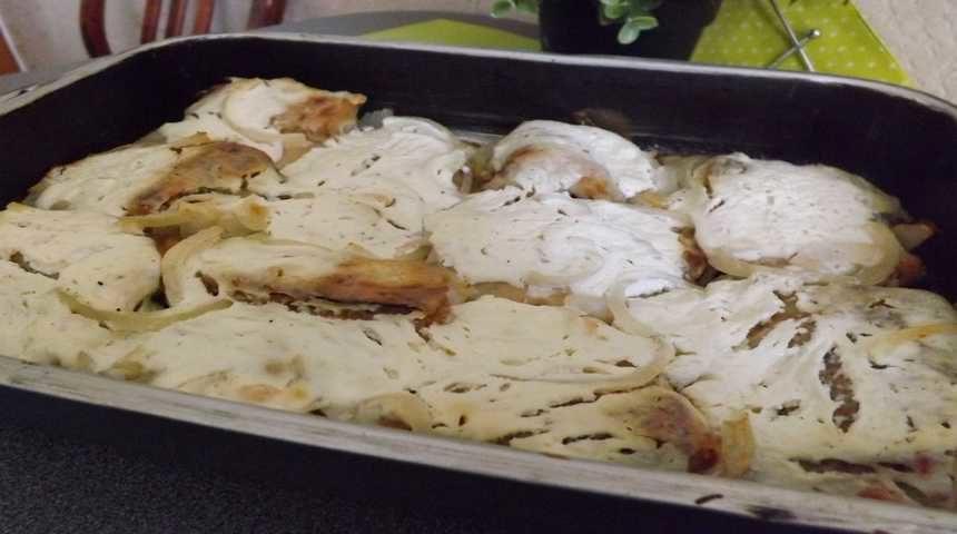 Подготовка кусочков щуки к запеканию в духовке