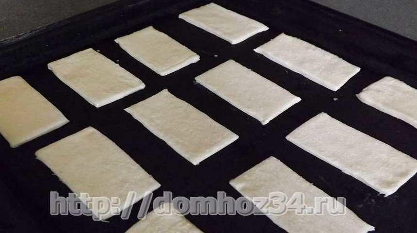 Разрезать тесто на прямоугольники по размеру будущих слоек