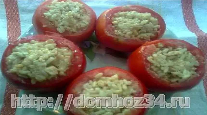 Нафаршированные рисом и курицей помидоры
