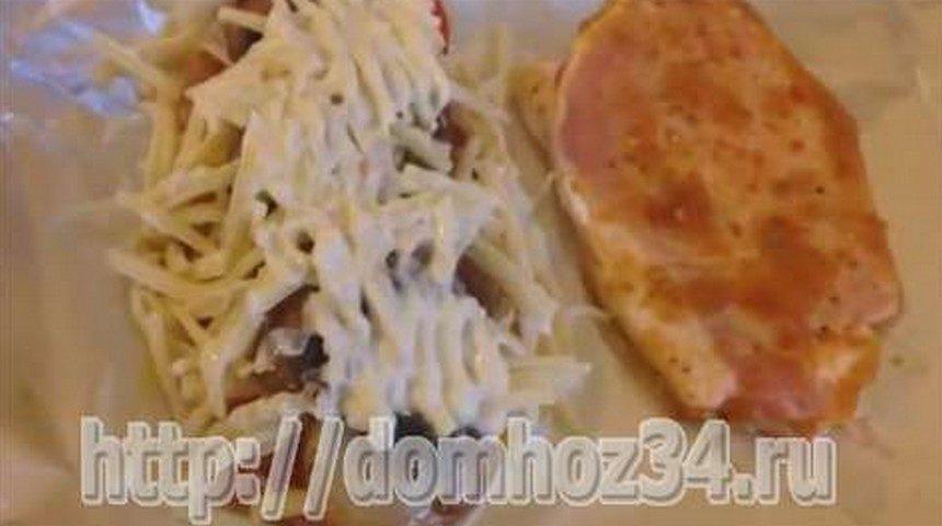 Сверху на грибы и сыр налить майонеза