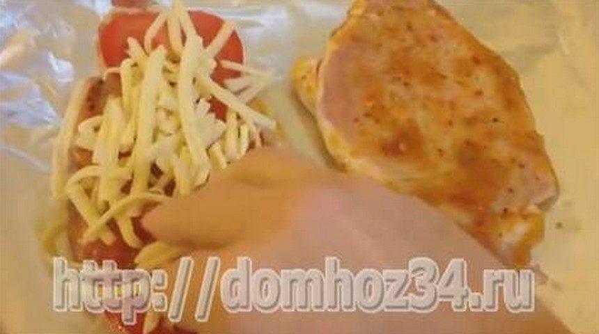 Посыпание помидоров сыром