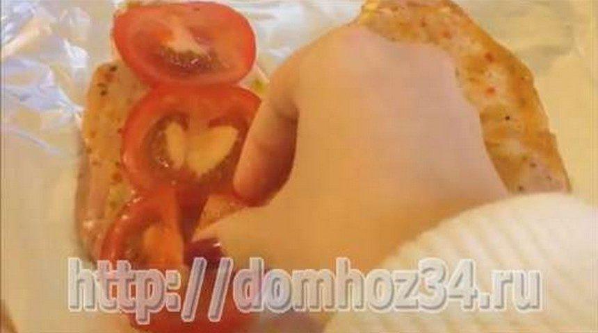 На мясо выложить кружочки томатов