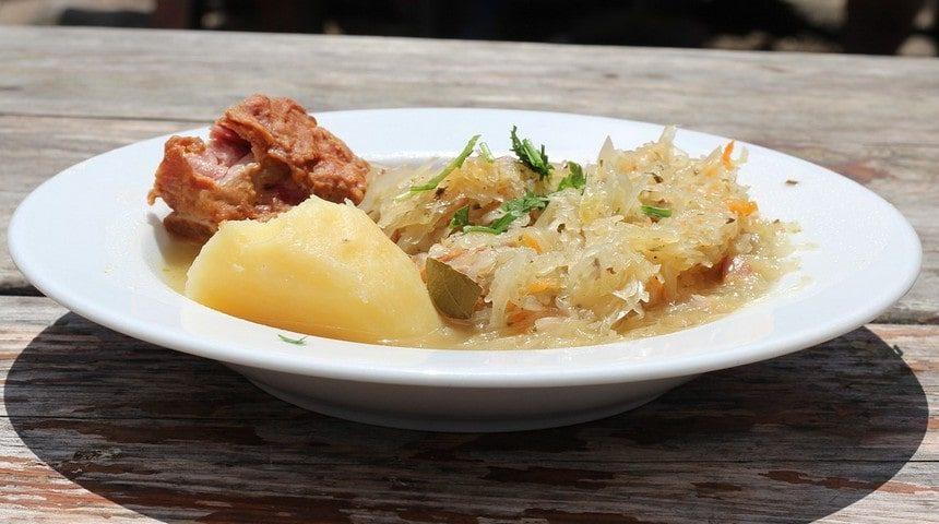 Маринованная капуста быстрого приготовления с картошкой и мясом