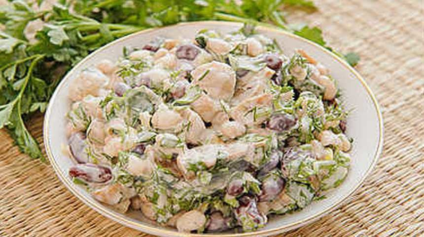 Постный салат оливье в тарелке на столе