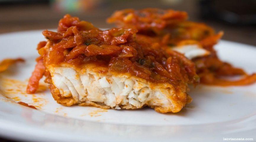 Вкусная рыба под томатным маринадом с морковью и луком