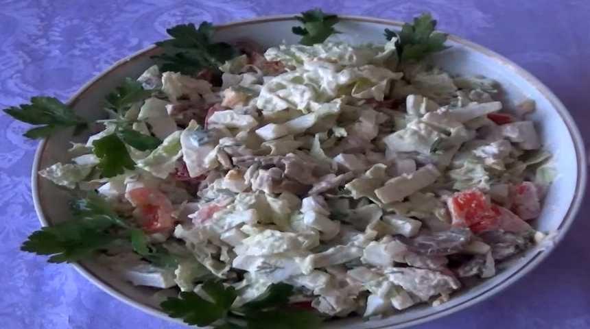 Салат с пекинской капустой, курицей, грибами и сухариками