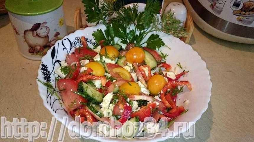 Салат с брынзой и помидорами на тарелке