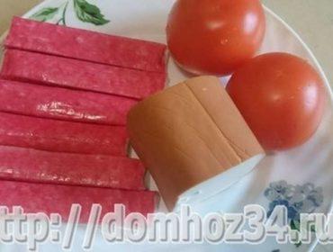 Рецепт вкусного и простого крабового салата без риса и кукурузы, с колбасным сыром и помидорами