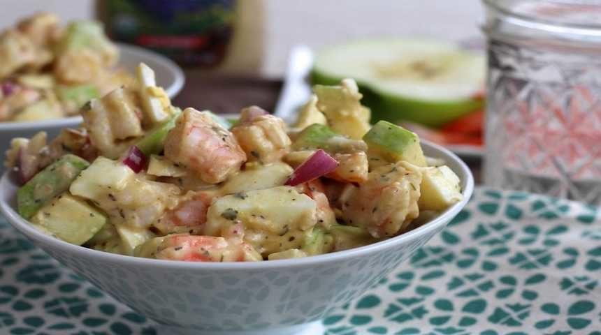 Салат с креветками и яйцом в блюде