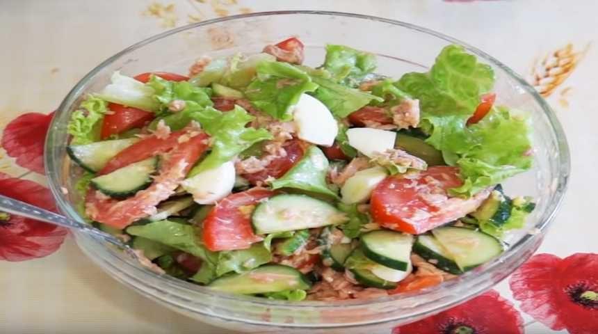 Салат с тунцом, помидорами, огурцами и яйцом