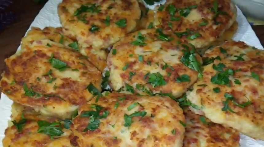 Картофельные драники с сыром и колбасой