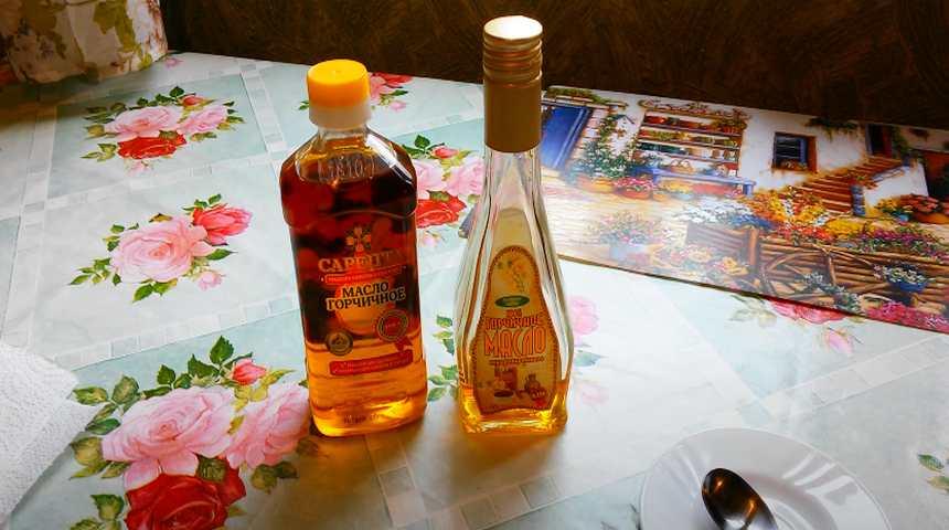 Горчичное масло в бутылочках на столе