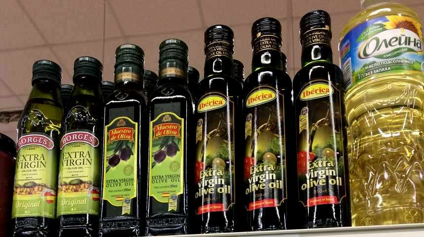 Оливковое масло на прилавке