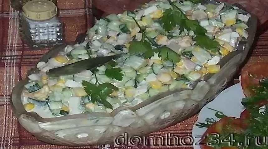 Салат с кукурузой и свежим огурцом в салатнице