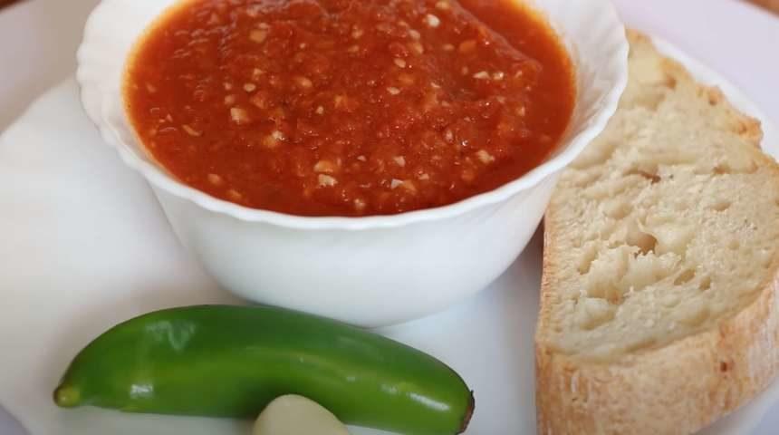 Вареная аджика с помидорами и чеснокоим по классическому рецепту