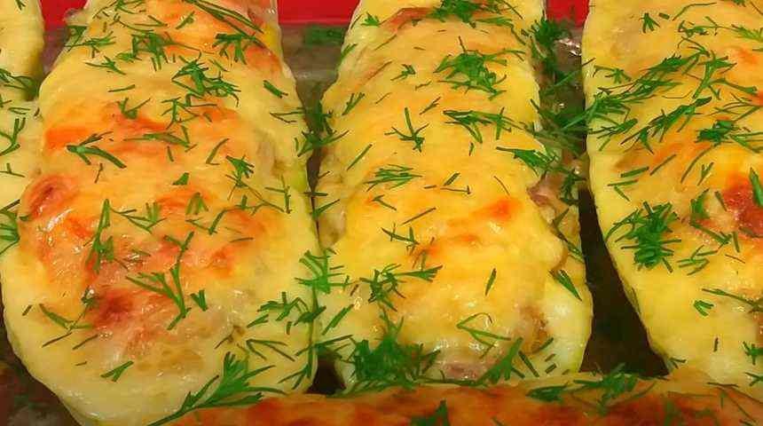 На фото фаршированные кабачки с сыром