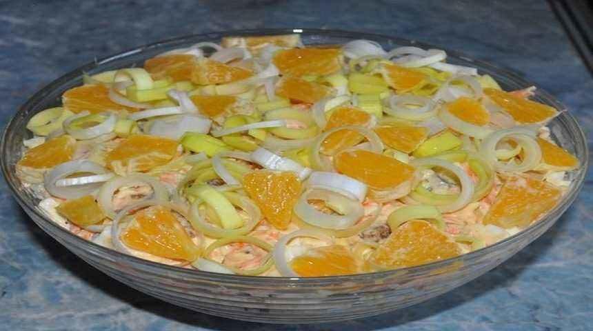 Салат с копченой курицей, сыром и апельсином