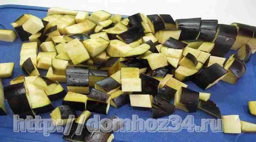 Порезанные кубиками баклажаны