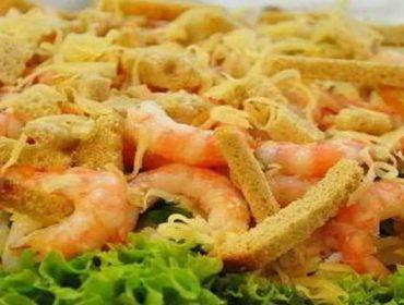 Самый вкусный салат с креветками и сухариками