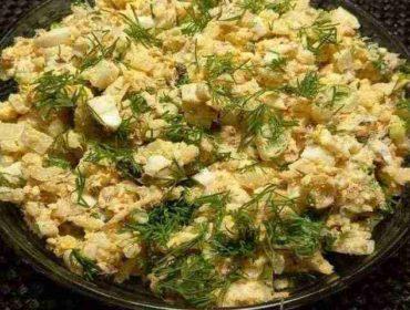 Быстрый салат из сардин в масле с яйцами и зелёным горошком