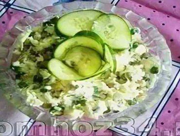 Быстрый и вкусный салат с плавленым сыром и зеленым горошком